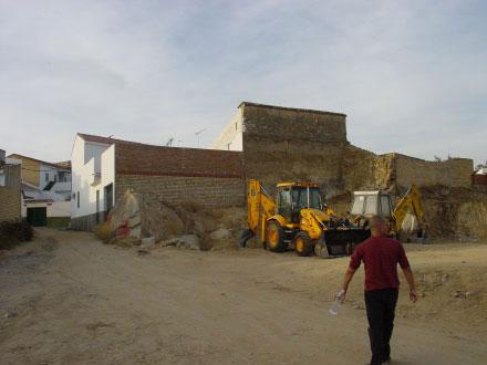 la parcela estaba al lado de una vieja plaza de toros de chapa, en una zona de fachadas traseras