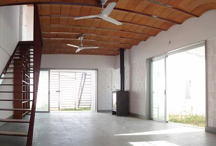 la disposicion de los patios hace que se amplien los espacios de la casa