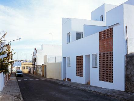 otras viviendas dan hacia la calle trasera  mostrando una fachada a escala de calle de barrio