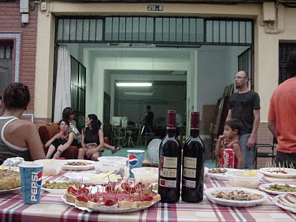 abrimos las puertas del estudio, sacamos sillas y sillones e invitamos a los vecinos a la fiesta