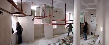 la estructura de las entreplantas se cuelga del techo para liberar espacio
