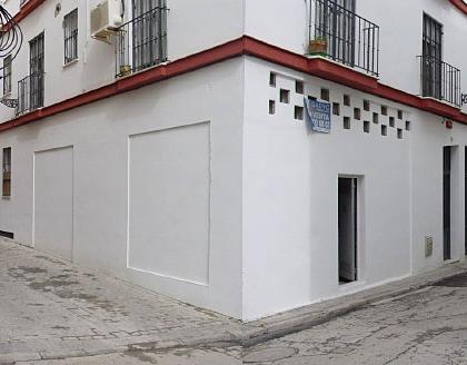 el local que se pretende transformar en vivienda tiene buenas condiciones ya que hace esquina y tiene orientación casi sur