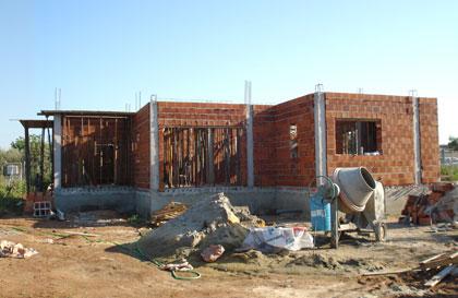 la secuencia de volúmenes de planta baja  permiten que la casa se abra en porches sucesivos