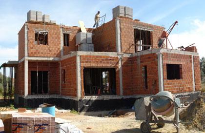 los volúmenes de planta alta  se retranquean respecto la planta baja dejando terrazas a las que salirse desde los dormitorios