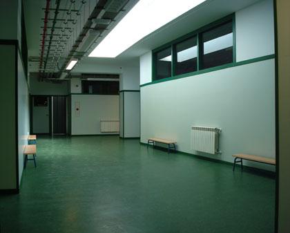 desde el principio quisimos ampliar las zonas comunes de pasillo, y evitar que fueran espacios demasiado seriados y sin luz natural