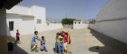 dado que la ampliación va a ocupar parte del patio de juegos existente se plantea que el cerramiento sirva de soporte de juegos para los niños