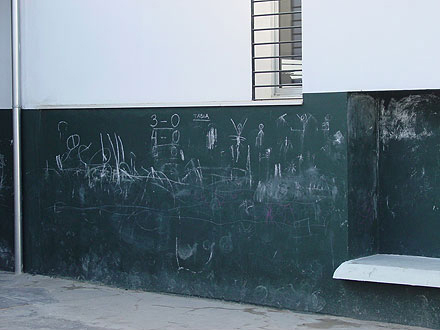 se plantea un zocalo con pintura de pizarra para que los niños puedan jugar con tizas