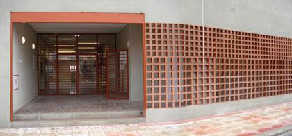 entrada principal del colegio y acceso a la biblioteca
