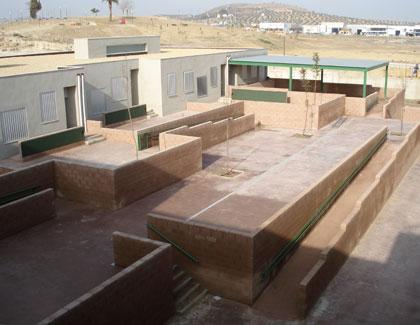 patio de juegos infantil, con algunas aulas exteriores y el porche