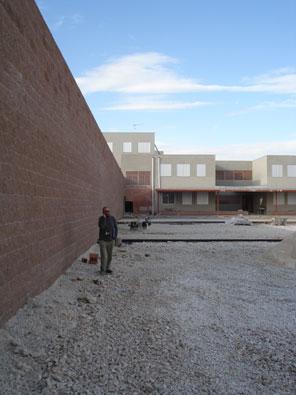 el muro de contención del aparacamiento y la zona de pistas deportiva en ejecución