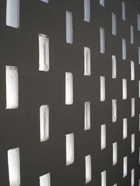 el bloque de hormigón blanco se separaba haciendo que fachada y tapia fueran la misma cosa
