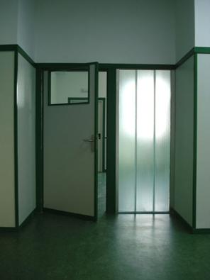 de las dos entradas al aula, la puerta cercana a la pizarra se marca con 3 piezas de u-glass